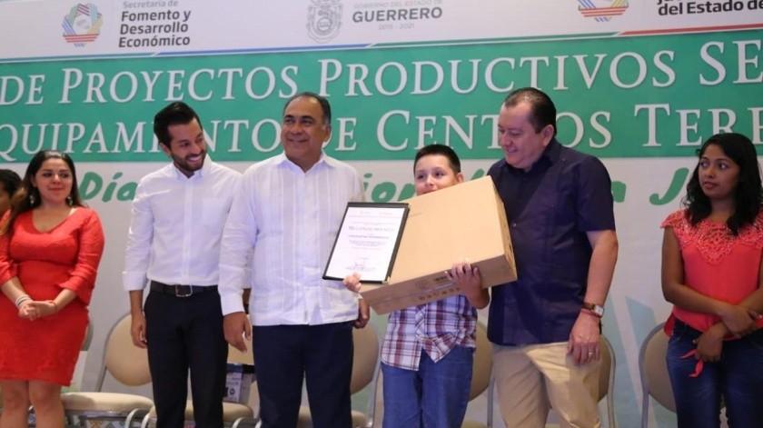 Reconocen a estudiante de 13 años de la UNAM en Guerrero(Twitter @HectorAstudillo)