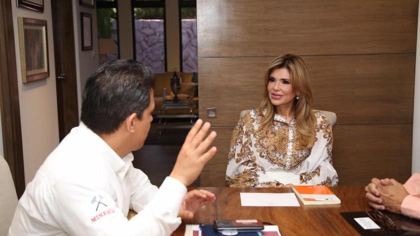 La gobernadora Claudia Pavlovich platica con Francisco José Quiroga Fernández, subsecretario de Minería federal.(EL IMPARCIAL)