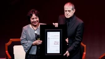 El actor Héctor Bonilla, acompañado de la directora general del Instituto Nacional de Bellas Artes (INBA), Lucina Jiménez, durante su homenaje.