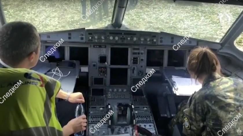 Un piloto ruso fue aclamado como un héroe este jueves 15 de agosto por aterrizar con seguridad su avión de pasajeros en un campo de maíz.(AP)