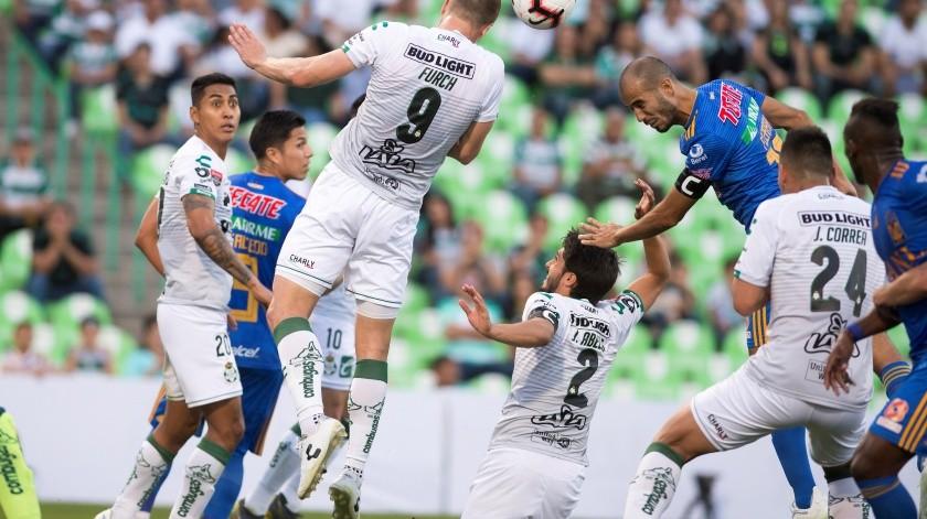 Julio Furch (i) de Santos Laguna de México disputa el balón con Guido Pizarro (d) de Tigres durante un partido celebrado en el estadio Corona de la ciudad de Torreón.(EFE, EFE)