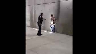 VIDEO: Agentes someten a hombre que intentaba cruzar a EU