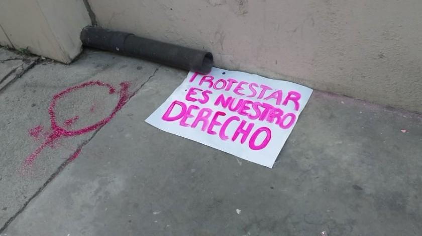Alrededor de 20 mujeres vandalizaron las paredes, pisos y puertas de la Procuraduría General de Justicia del Estado (PGJE) hoy minutos antes de las 19:00 horas.(Cortesía)