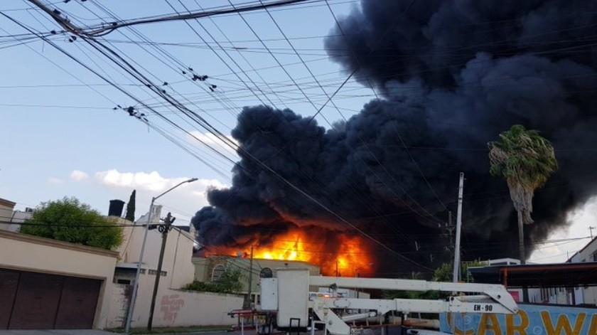 VIDEO: Niña se salva de morir durante incendio de bodega de Kemcare(Twitter @PC_NuevoLeon)