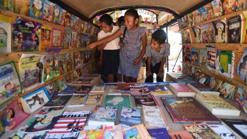 Niños de la comunidad na savi (mixteca) Piedra Ancha se suben a la Bibliocombi, la recorren, miran todos los libros y se toman fotos.