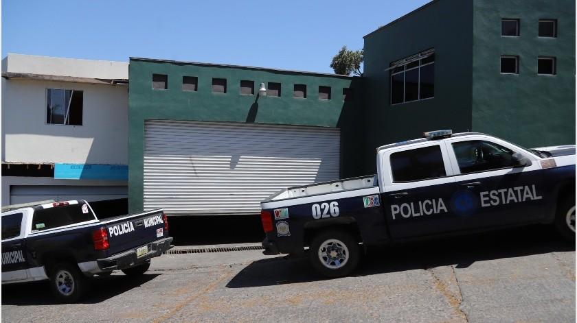 Agentes de la Policía Estatal Preventiva (PEP) y Policía Municipal se mantienen en el resguardo del domicilio ubicado en la colonia De los Maestros, donde fueron asegurados dos sujetos en posesión de droga sintética.(Sergio Ortiz)