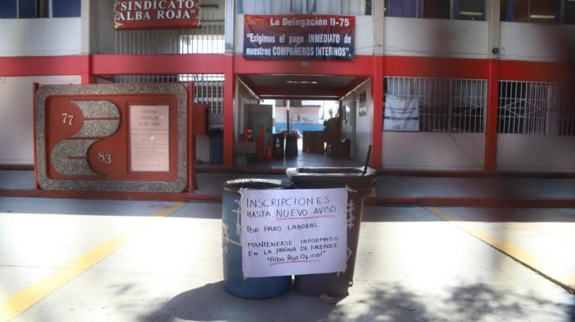 Los letreros de protestas son evidentes en los planteles educativos, como es el caso de la secundaria Alba Roja.