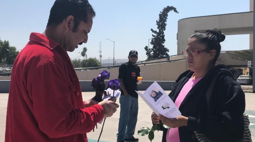 Daniel Mota entregó rosas como protesta pacífica.