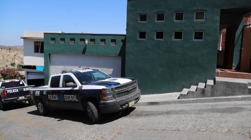 Agentes de la Policía Estatal mantienen resguardada una bodega con droga.