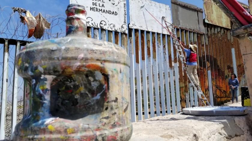 Las personas que se sumaron al esfuerzo pintaron sobre los barrotes metálicos del muro unas manos que simbolizan, entre otras cosas, la unión de los pueblos.(José Ibarra)