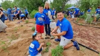La familia Telcel participó en la siembra de un jardín polinizador en el Centro Ecológico de Sonora.
