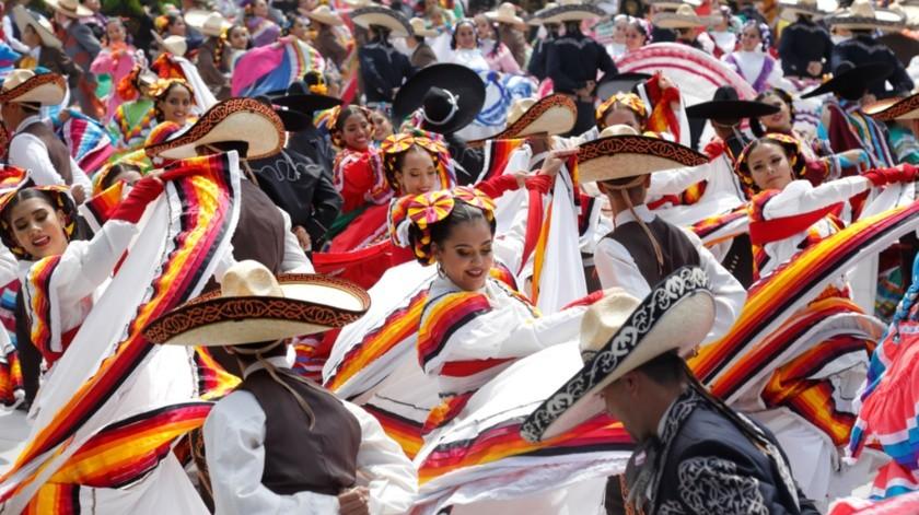 Un total 882 bailarines batieron el Récord Guinness de la danza folclórica más grande del mundo en Guadalajara, como parte del Encuentro Internacional del Mariachi y la Charrería que se desarrolla hasta el próximo 2 de septiembre.(EFE)