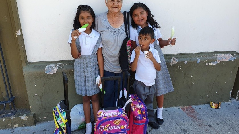María del Rosario Duarte, de 74 años, feliz luego de recoger a sus tres bisnietos a la salida de la escuela José Lafontaine.(Gamaliel González)