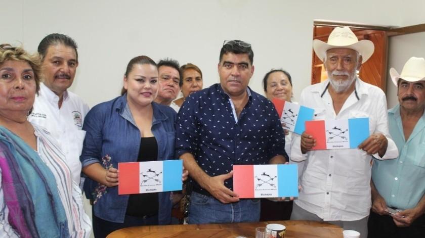 El alcalde de Etchojoa, Jesús Tadeo Mendívil, junto a la asesora jurídica y autoridades de la etnia Mayo, muestra la nueva placa.-3 : color(Cortesía)