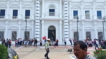 Antorcha Campesina realiza plantón indefinido frente a Palacio