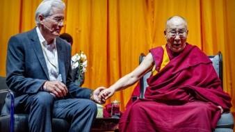 Richard Gere de la mano con el Dalai Lama.