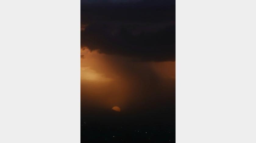 Una fuerte lluvia se registró la tarde noche de este viernes 30 de agosto en Hermosillo, Sonora, lo que generó encharcamientos en las principales avenidas de la ciudad y provocó lento tráfico.
