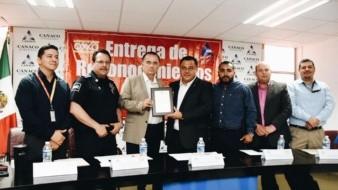 El alcalde Marco Novelo entregó el reconocimiento al presidente de Canaco.