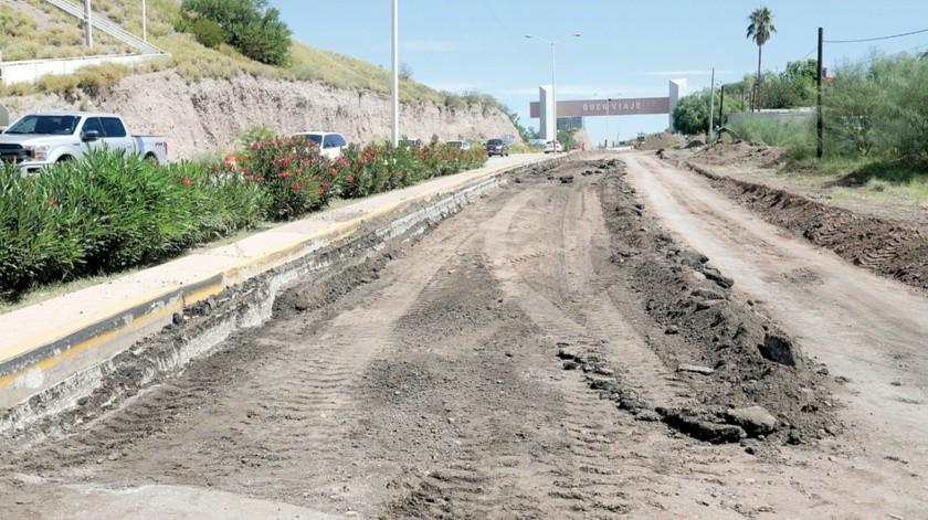 Por la carretera Cuatro Carriles, en la salida Sur de Santa Ana, Sonora, se observa removido el pavimento y en espera de uno nuevo.(Julián Ortega)
