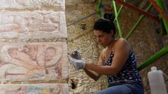 Restauradoras mexicanas trabajando en un muro del Templo de los Guerreros, en la zona arqueológica de Chichén Iztá en el estado de Yucatán.
