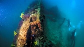 Arqueólogos inspeccionan un submarino en aguas de la Isla Santa Margarita, en Baja California Sur.