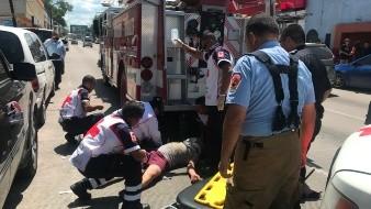 Una persona resultó con fractura expuesta de tibia y peroné así como traumatismo moderado de cráneo y tórax entre otras lesiones al tirarse desde la azotea de un edificio ubicado en la colonia Centro.