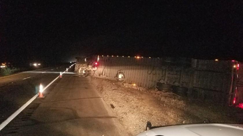 Fuertes vientos registrados durante el miércoles por la noche y madrugada del sábado provocaron que seis tractocamiones terminaran volcados y una persona falleciera.