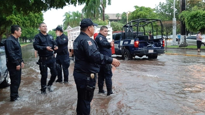 En la capital de Sinaloa, una intensa lluvia de 85 milímetros provocó un caos vial.(Seguridad Pública Sinaloa)