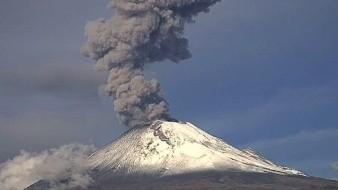 Volcán Popocatépetl expulsa fumarola de 2 kilómetros