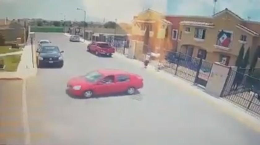 VIDEO: Conductora arrolla a niña de 6 años mientras caminaba junto a su padre(Captura de video)