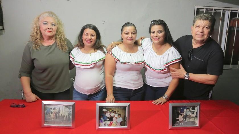 Luego de 25 años de haber sido separadas, se reencuentran cuatro hermanas, aunque una de ellas ya falleció, Nadia Berenice, Rosario Isabel, Ana Lidia y María Luisa en foto con el Pedro 'Chory' Carmona padre de ahora Alondra.(Eleazar Escobar)