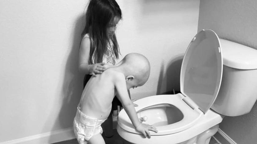 La desgarradora imagen de una niña que consuela a su hermanito con leucemia