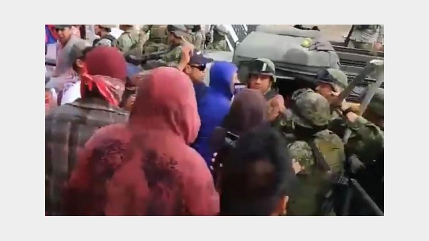 VIDEO: Pobladores y militares se enfrentan en Puebla(Captura de video)