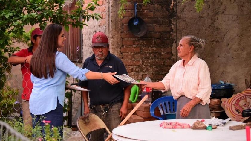 La alcaldesa de Hermosillo, Célida López Cárdenas, platica sobre sus logros con los vecinos de la colonia Los Olivos.(EL IMPARCIAL)