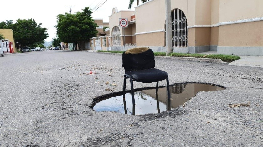 """Avisan con una silla: """"Aquí hay un bache""""(Mirna Lucía Robles)"""