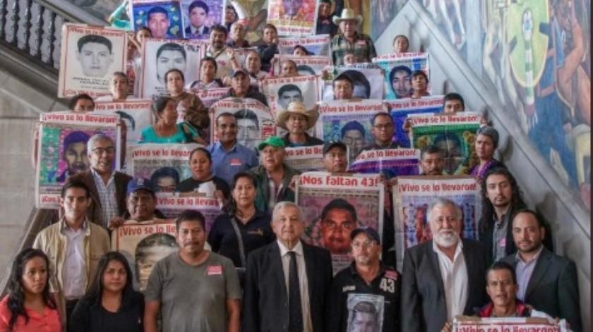 Andrés Manuel López Obrador se reunió con familiares de los 43 normalistas.(Twitter.)