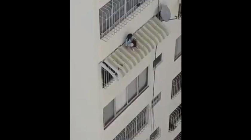 VIDEO: Dramático rescate de niña desde doceavo piso de un edificio(Captura de video)