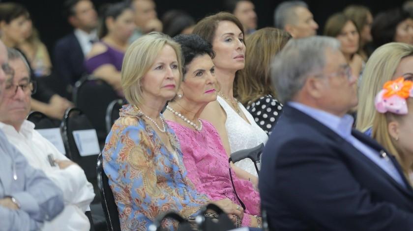 Silvia Loera de Healy (centro) acompañada de Rosa Sylvia Healy Loera y de Lorena Bringas de Ortega en la ceremonia de premiación.(Eleazar Escobar)