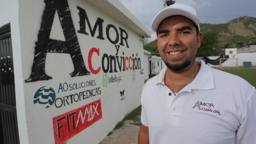 Omar Balderrama recibió ayer el reconocimiento de los organizadores por el Premio Sonora a la Filantropía.(Eleazar Escobar)