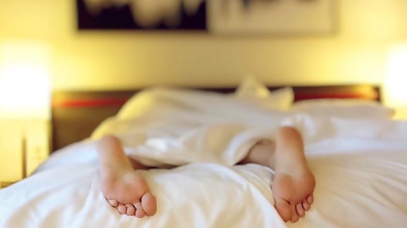 Multan a un hombre con 375 dólares por quedarse dormido en una cama ajena(Pixabay)