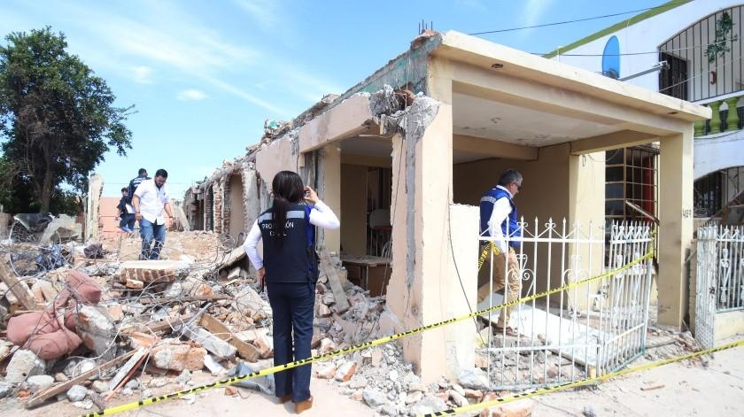 Personal de Protección Civil determinó que las viviendas vecinas a la casa que explotó quedaron muy dañadas y serán demolidas.(Teodoro Borbón)