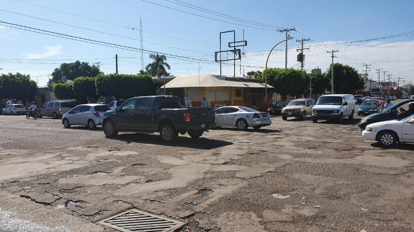 Los automovilistas tienen que mostrar toda su habilidad para esquivar los baches de las calles de Obregón.(Mayra Echeverría)