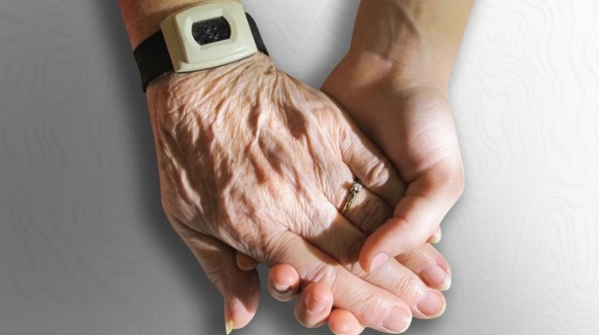Una anciana de 70 años estaba completamente paralizada en un lecho de la prisión en el que se encontraba encerrada por su fe.(Ilustrativa/Pixabay)