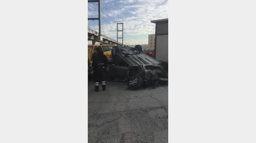 Un hombre fue trasladado al hospital después de impactarse con una estación del Sistema Integral del Transporte de Tijuana (SITT) y volcarse en la vía rápida Oriente hoypor la mañana.(Cortesía)