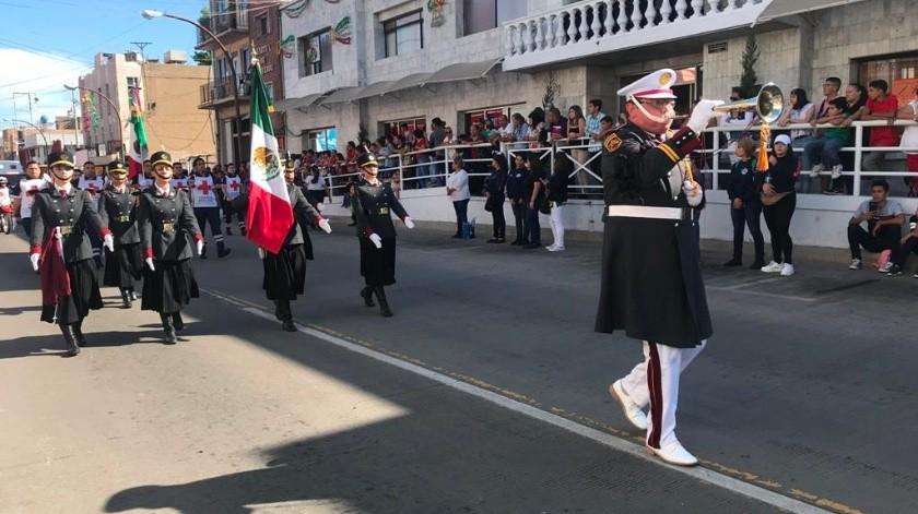 Desfilan en la frontera con orden y dinamismo(Manuel Jiménez)