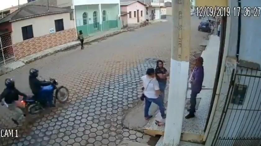 VIDEO: Poste le salva la vida a hombre durante tiroteo(Captura de video)