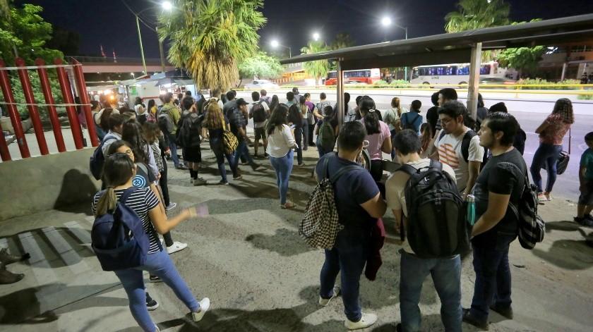Cientos de estudiantes y familiares de pacientes del Hospital General del Estado esperan en la parada da camiones afuera de las instalaciones.(Julián Ortega)