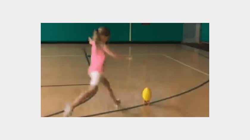 VIDEO: Niña hace fenomenal gol de campo y su video de vuelve viral(Twitter)