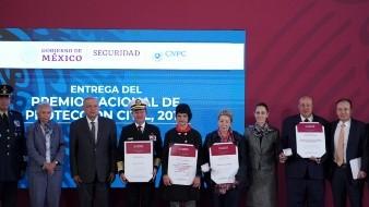 López Obrador entrega Premio Nacional de Protección Civil 2019