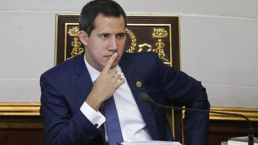 La Fiscalía General de Venezuela anunció el miércoles que fueron asesinados cuatro familiares de un presunto delincuente colombiano que apareció en una fotografía con el líder opositor Juan Guaidó.(AP)